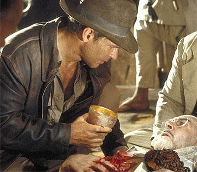 Indy ofreciendo el Santo Grial a su papi moribundo