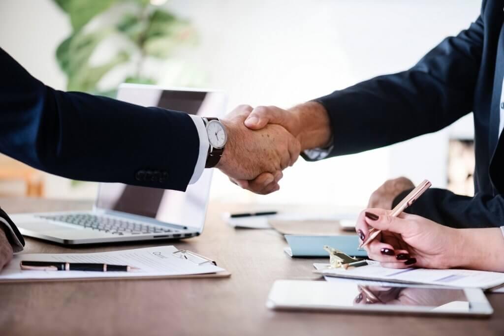 Socios llegan a un acuerdo y firman digitalmente