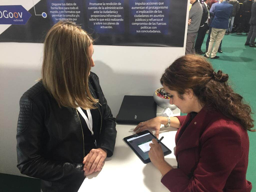 Dos empleadas prueban la firma biométrica