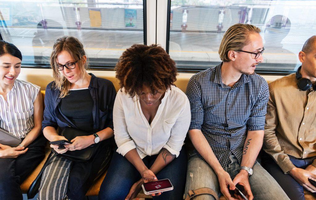 Ciudadanos en el metro conectados