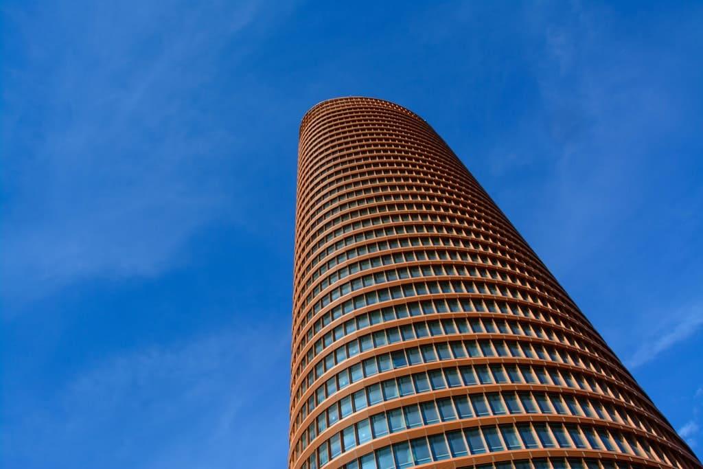 Torre Sevilla en un día soleado