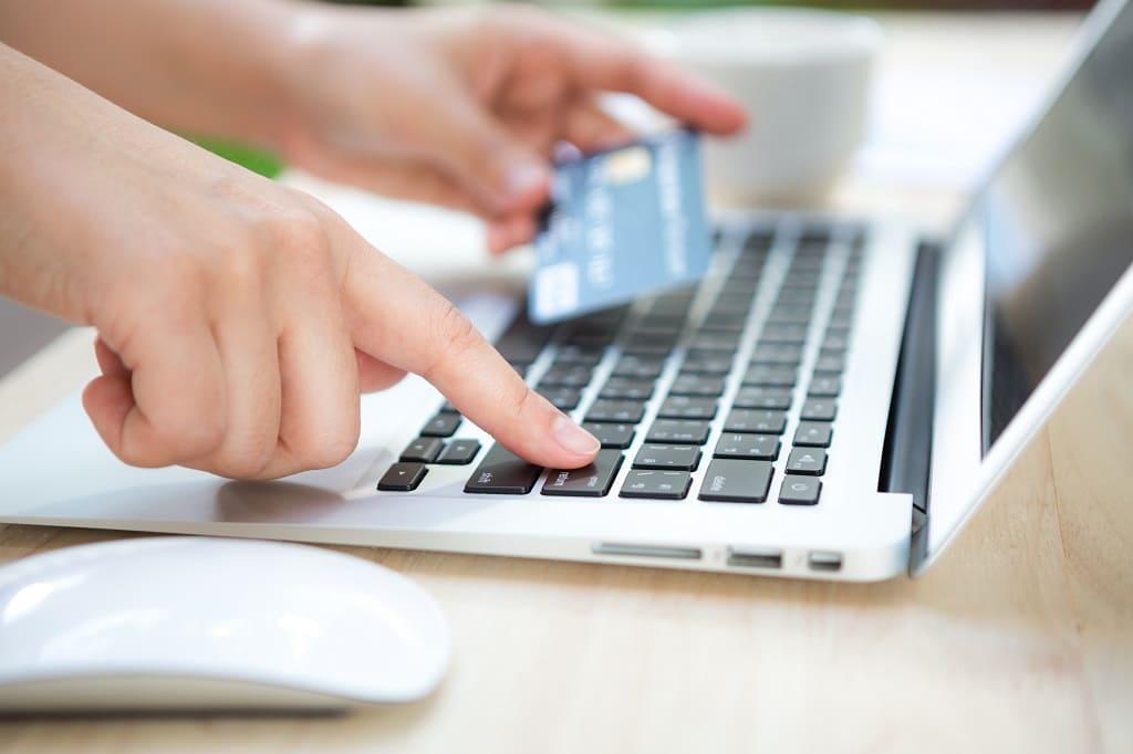 Persona realizando un pago online