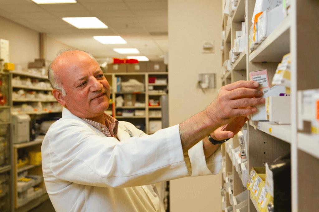 Farmacéutico seleccionando las medicinas para el paciente