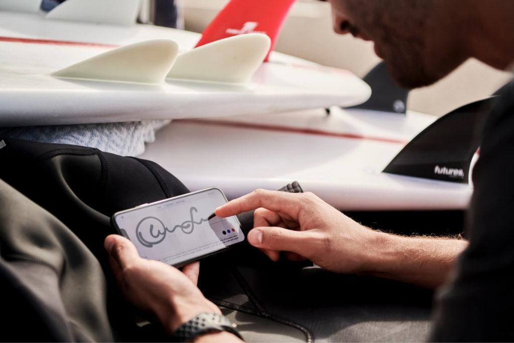 Personas usando una aplicación para firmar documentos