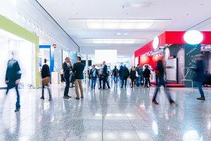 Emprendedores en ferias y congresos analizando oportunidades