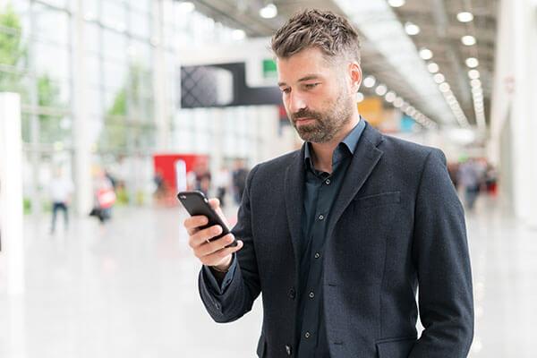 Hombre firmando digitalmente desde su móvil