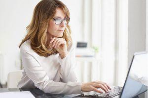 Mujer utilizando la solución de firma electrónica Viafirma