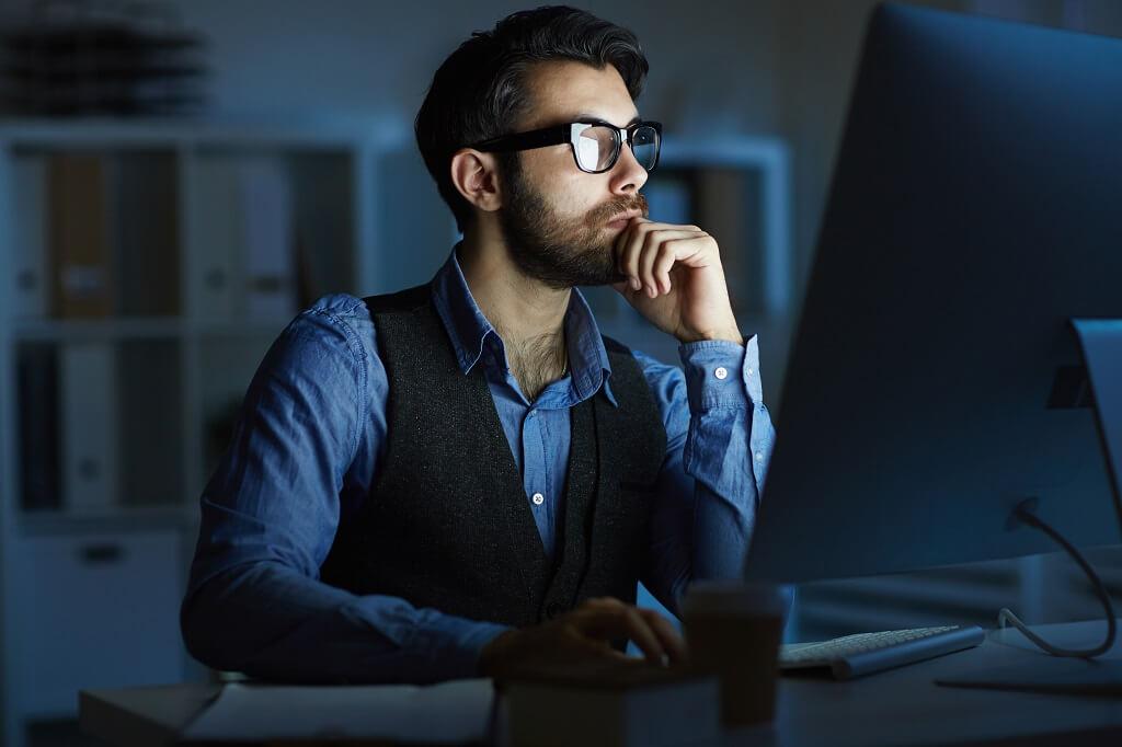 Persona visualizando el Webinar de Viafirma y Argontech