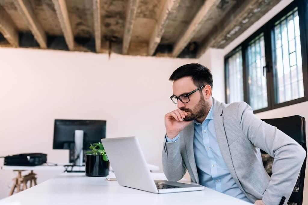 Persona delante del ordenador que va a integrar Viafirma con Zapier